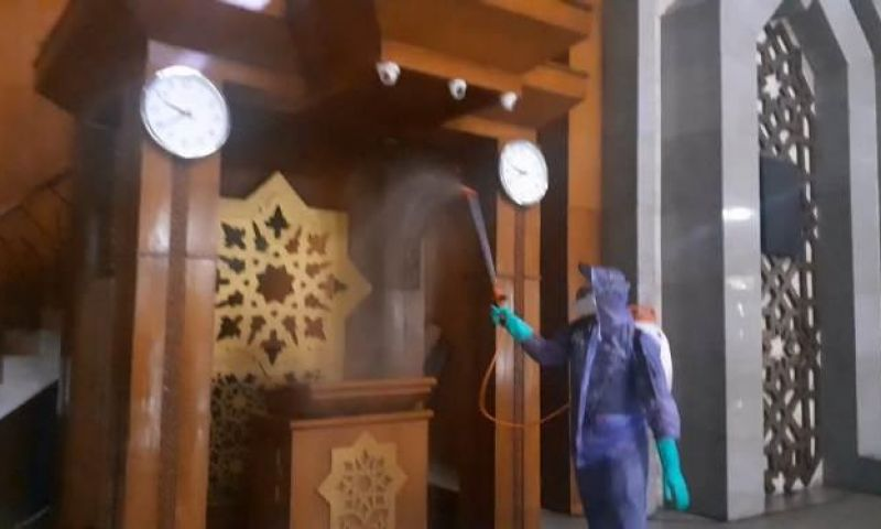 PMI Jakarta Utara Semprot Disinfektan di Masjid Raya JIC
