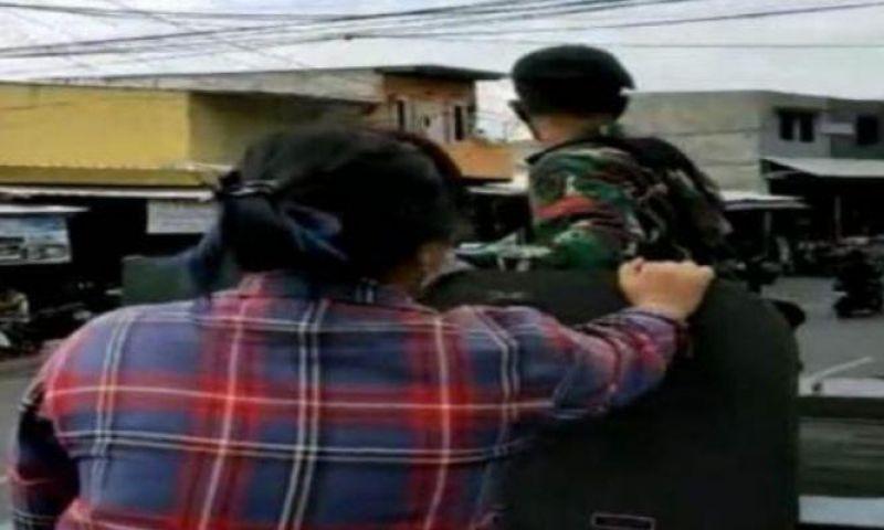 Viral, Netizen Bahas Wanita Berbaju Kotak Naik Ranpur TNI, Kodam Jaya: Wanita Itu Seorang Jurnalis