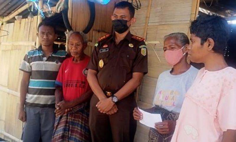 Sambangi Keluarga Penyandang Disabilitas di Heo Pu'at, Kejari Maumere Berikan Bantuan Sembako
